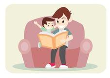 Le père a lu le livre de conte de fées pour son fils Photo libre de droits