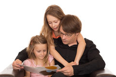Le père a lu un livre avec ses filles Image libre de droits