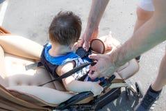 Le père marche avec le bébé dans la poussette Parenting et paternité sur des congés de maternité engendrez le bébé de courroie da Photographie stock libre de droits