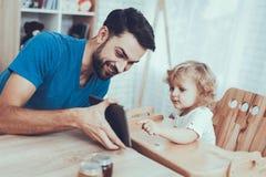 Le père montre une tablette au fils photos libres de droits