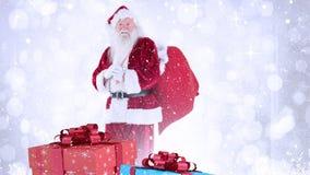 Le père noël avec des cadeaux de Noël combinés avec la neige en baisse banque de vidéos