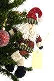 Le père noël avec l'étiquette sur l'arbre de Noël Photo libre de droits