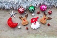 Le père noël avec la décoration de Noël sur le bois Photo stock