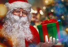 Le père noël avec le cadeau de Noël Image libre de droits