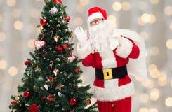 Le père noël avec le sac et l'arbre de Noël Image libre de droits