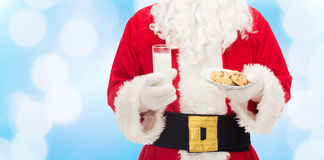Le père noël avec le verre de lait et de biscuits Photo libre de droits