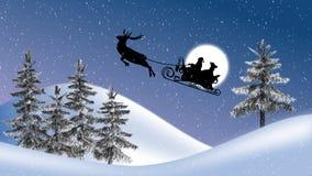Le père noël avec les rennes et le traîneau, la lune, les arbres et les chutes de neige Images stock