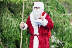 Le père noël dans la forêt avec le sac de cadeau Images libres de droits