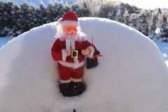 Le père noël dans la neige Photographie stock libre de droits