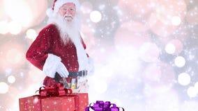 Le père noël et cadeaux de Noël combinés avec la neige en baisse clips vidéos