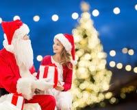 Le père noël et fille heureuse avec le cadeau de Noël Photo libre de droits