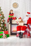 Le père noël et petite fille Photographie stock libre de droits