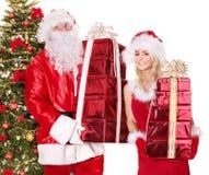 Le père noël, fille avec le cadre de cadeau par l'arbre de Noël. Photo stock