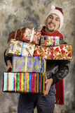 Le père noël heureux avec des cadeaux Photo stock