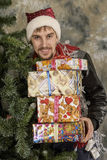 Le père noël heureux avec des cadeaux Photos stock