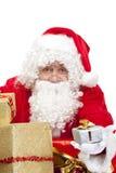 Le père noël heureux avec des cadeaux de Noël Photo stock