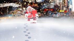 Le père noël marchant par la haute neige combinée avec la neige en baisse clips vidéos