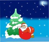 Le père noël mettant des cadeaux sous l'arbre de Noël Images stock