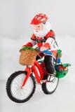Le père noël miniature sur le vélo Images libres de droits