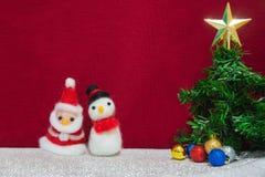 Le père noël, poupée de laine de bonhomme de neige, arbre vert de Noël avec le scintillement Images stock