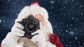 Le père noël prenant une photo combinée avec la neige en baisse banque de vidéos