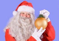 Le père noël retenant une décoration de Noël Images stock
