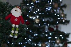 Le père noël sur l'arbre avec l'espace pour écrire le message de Noël images stock