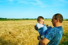 Le père parle à son enfant de sourire heureux de fille avec le parent Verticale de famille Père et fils Photographie stock