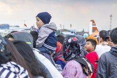 Le père a porté le fils sur des épaules, le salon de l'aéronautique 2017 de Bandung images libres de droits