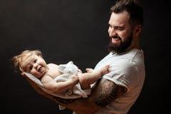 Le père se tenant dessus remet le petit bébé mignon Concept de famille, d'amour et de bonheur Images libres de droits