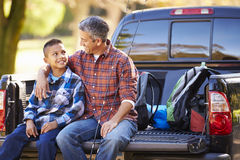 Le père And Son Sitting prennent dedans le camion des vacances de camping images libres de droits