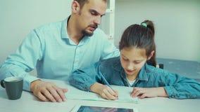 Le père strict est fâché avec sa fille faisant le travail clips vidéos