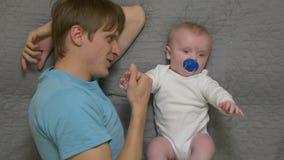 Le père tient le bébé à la main banque de vidéos
