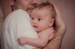 Le père tient son bébé photo stock