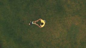 Le père tourne son fils sur la pelouse banque de vidéos