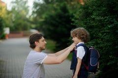 Le père voit outre de la fils-premier-niveleuse à l'école Photos libres de droits