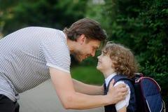 Le père voit son fils à la premier-niveleuse d'école Photo libre de droits
