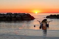 Le pédalo a amarré en mer pendant le lever de soleil Photo stock