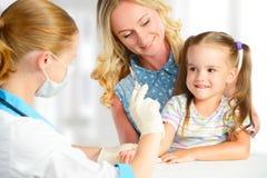 Le pédiatre de docteur fait la vaccination d'enfant images libres de droits