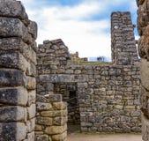 Le Pérou, mai, Machu Picchu, pierres géantes dans le premier plan, groupe de touristes hauts sur le principal un tiers de la phot photo stock