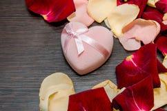 Le pétale s'est levé avec le boîte-cadeau sur la table Concept de Valentine Photo libre de droits