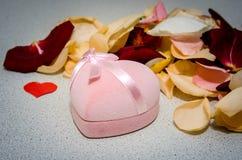 Le pétale s'est levé avec le boîte-cadeau sur la table Concept de Valentine Images stock