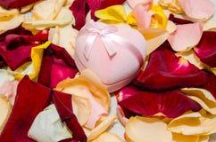 Le pétale s'est levé avec le boîte-cadeau sur la table Concept de Valentine Image stock