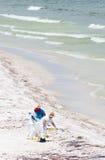 Le pétrole lave à terre en plage de Pensacola Images stock