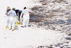 Le pétrole lave à terre en plage de Pensacola Photographie stock libre de droits