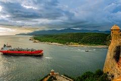 Le pétrolier passe les murs et la tour de fort de roca de San Pedro de La, photos stock