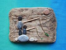 le pêcheur équipe l'image utilisant le bois de mer, les pierres et le verre, Lithuanie images libres de droits