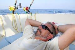 Le pêcheur aîné de marin détendent sur la mer de pêche de bateau Images libres de droits