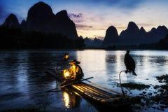 Le pêcheur cormant en rivière de Li Photographie stock