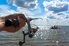 Le pêcheur de mains gardent la tige de rotation images libres de droits